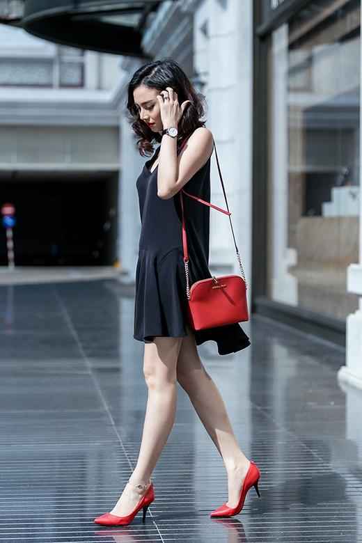 Cô nàng diễn viên xinh đẹp điểm xuyết cho bộ trang phục bằng chiếc túi đeo và giày cao gót tông đỏ nổi bật, quyến rũ. Đã nhiều mùa mốt đi qua, thế nhưng sự kết hợp giữa hai tông màu đỏ, đen dường như vẫn luôn giữ được vị thế đỉnh cao bởi sự sang trọng, tinh tế.