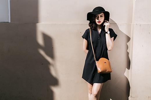 Với cùng chiếc váy lấy phom từ áo sơ mi truyền thống, Đinh Ngọc Diệp mang đến hai phong cách khác nhau: một nhẹ nhàng, phóng khoáng và một cá tính nhưng ẩn chứa sự trầm mặc, sâu lắng. Với trang phục đơn giản, những món phụ kiện nhỏ xinh luôn là người bạn đồng hành để mang đến vẻ ngoài sinh động, tươi mới hơn.