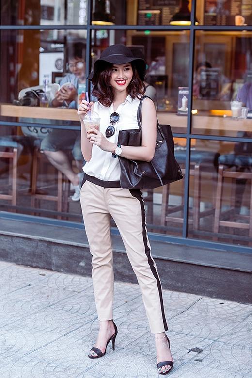 Với những cô nàng yêu thích sự trẻ trung, năng động thì việc chọn phối giữa quần ống suông và sơ mi trắng cộc tay khá đơn giản sẽ là một lựa chọn tuyệt vời.