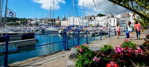 """Guernsey – hòn đảo """"tự kỉ"""". Dù thuộc địa phận của Vương quốc Anh nhưng thực chất đây là một quốc gia tự trị, không nằm dưới quyền cai quản của Anh hay khối châu Âu. Thậm chí nước này có cả đơn vị tiền tệ riêng."""