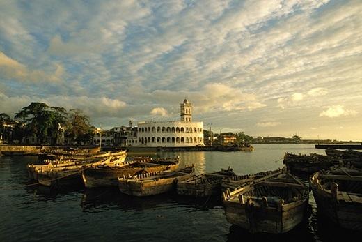 """Camoros - hòn đảo nhỏ ngoài khơi xa của châu Phi - thể hiện khả năng """"nhỏ mà có võ"""" của mình khi là thành viên của những tổ chức như có tiếng Liên minh châu Phi, Liên minh các quốc gia nói tiếng Pháp, Tổ chức Hợp tác Hồi giáo và Liên minh các quốc gia Ả Rập."""