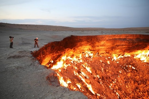 Hãy sẵn sàng chiêm ngưỡng Cánh cổng dẫn đến Địa ngục ởTurkmenistannhé. Đây là tên gọi của một mỏ khí thiên nhiên ở Derweze, tỉnh Ahal, Turkmenistan. Hố lửa này đã cháy suốt 40 năm và không có dấu hiệu nguội đi.