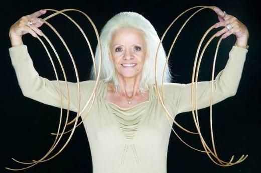 Bà Lee Redmond, 69 tuổi, sinh sống tại Mỹ đang là người sở hữu bộ móng tay dài nhất thế giới với 9 mét. Được biết, bà bắt đầu để móng tay từ năm 1979 nhưng vào năm 2008, nó đã bị cắt vì một tai nạn.