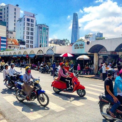 Bitexco - Chợ Bến Thành, một hiện đại - một cổ xưa. (Nguồn IG @greg_32)