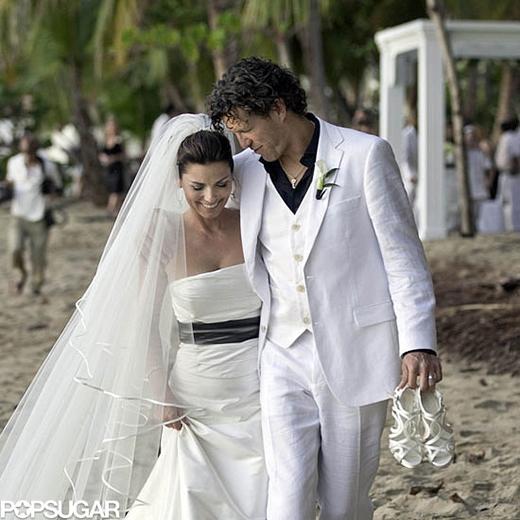Shania Twain và Frederic Thiebaud trao nhau chiếc nhẫn kết hôn tại lễ cưới ở bãi biển Puerto Rican vào năm 2011.