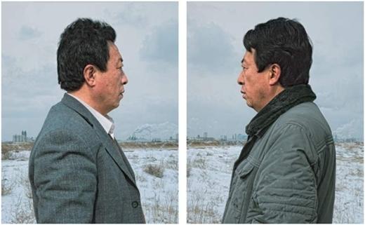 Vì số phận đẩy đưa, các cặp song sinh trông cách biệt về tuổi tác và khác nhau trong cả cách ăn vận.