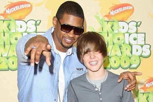 Tháng 3/2009, Justin Bieber xuất hiện với kiểu tóc 'không lẫn vào đâu' cùng Usher tại Kid's Choice Awards.