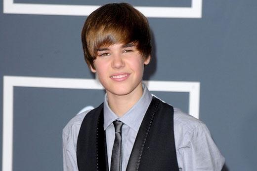 Tháng 1/2010, vẫn phong cách cũ, nhưng anh chàng đã cắt ngắn hơn, tạo thành một phiên bản mới của 'tóc Justin Bieber'.