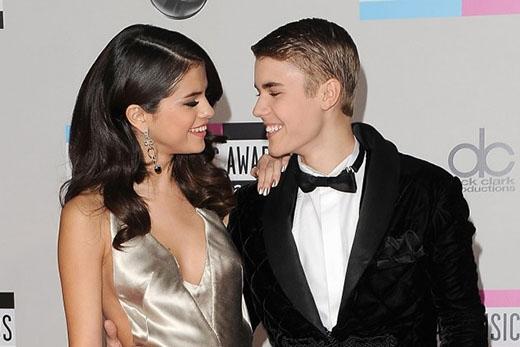 Tháng 11/2011, tại lễ trao giải VMA, Justin đã quyết định xuất hiện với phong cách cổ điển cùng mái tóc chỉn chu, bóng mượt bên cạnh bạn gái Selena Gomez.