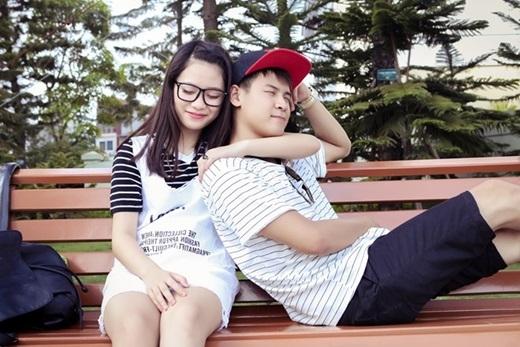 Cặp đôi không ngại ngần thể hiện tình cảm với nhau.