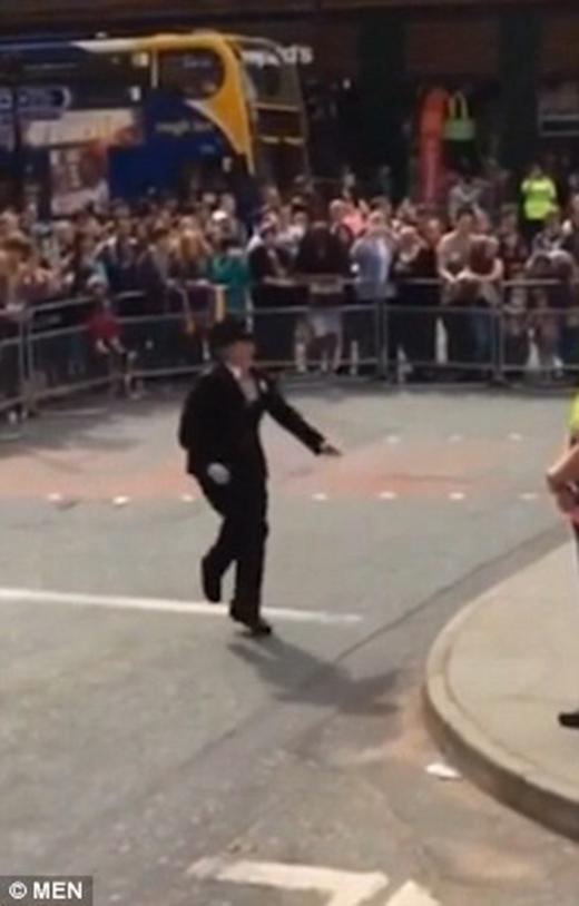 Thích thú trước nữ cảnh sát vô tư thể hiện sự ủng hộ với LGBT