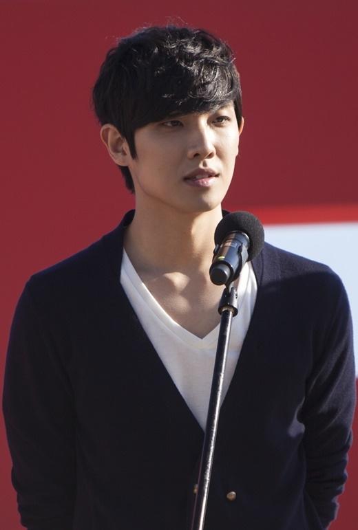 Từ bỏ micro, quyết định theo đuổi con đường diễn viên chuyên nghiệp và được công nhận nhưng Lee Joon vẫn chỉ thu về vỏn vẹn 10 triệu won (200 triệu đồng) cho một tập phim.