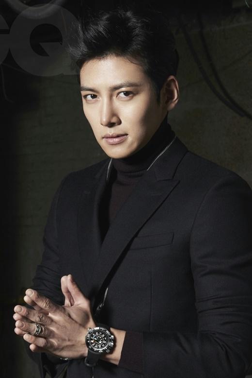 """Ji Chang Wook ngày càng chứng tỏ khả năng diễn xuất tốt qua từng vai diễn, đặc biệt là trong Healer vào đầu năm nay. Đây cũng chính là lí do anh cũng """"bỏ túi"""" 50 triệu won (khoảng 1 tỉ đồng) cho một tập phim hiện nay."""