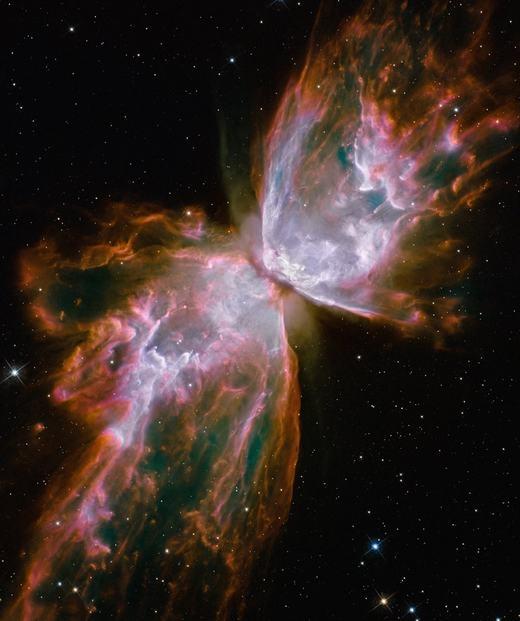 """Một tinh vân cực đẹp hình con bướm, được chụp bởi kính viễn vọng Hubble vào năm 2009. """"Cánh bướm"""" thực ra là vật chất do một ngôi sao đang chết phóng ra, đồng thời tỏa ra thứ ánh sáng cực mạnh và cực nóng."""