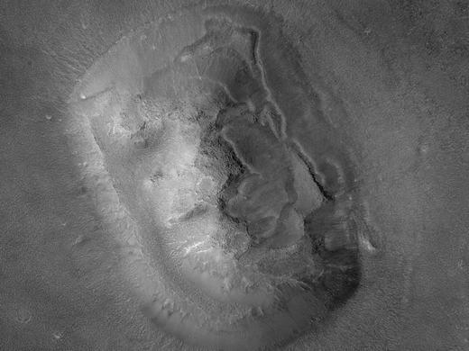 """Tuy vậy, vào năm 1998 và 2001, sau khi tàuMars Global Surveyorthăm dò lại một lần nữa, """"khuôn mặt người"""" được xác định là một tảng đá."""