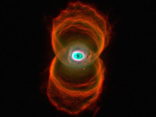 Tinh vân này nằm cách chúng ta 8.000 năm ánh sáng, gây ấn tượng với hình ảnh của một chiếc đồng hồ cát. Nó cũng được chụp bởi kính thiên văn Hubble.