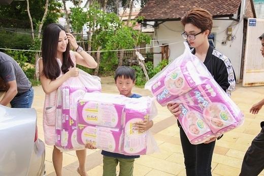 Hoa hậu và hai con trai trong một lần đi từ thiện. - Tin sao Viet - Tin tuc sao Viet - Scandal sao Viet - Tin tuc cua Sao - Tin cua Sao
