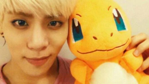Jonghyun và Charmander rất giống nhau ở đôi mắt xanh, nụ cười mỉm đáng yêu.