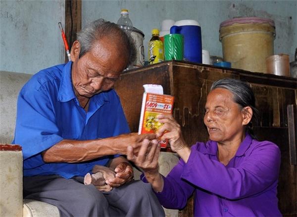 Mỗi ngày việc bán vé số giúp cụ Viếng tạo nguồn thu nhập nuôi sống gia đình và chi phí thuốc thang cho người vợ. Ảnh: Ngọc An