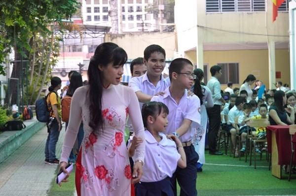 Hình ảnh xúc động của các em học sinh bị khiếm khuyết của Trường phổ thông đặc biệt Nguyễn Đình Chiểu (Q.10, TP.HCM).