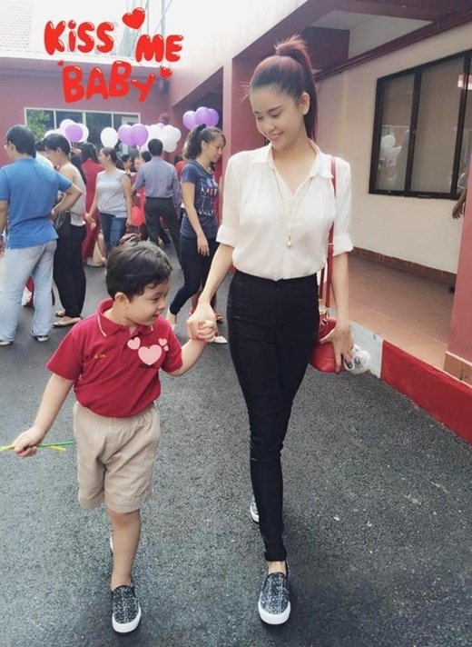 Bé Sushi con của Tim và Trương Quỳnh Anh được mẹ dắt tay tới trường. - Tin sao Viet - Tin tuc sao Viet - Scandal sao Viet - Tin tuc cua Sao - Tin cua Sao