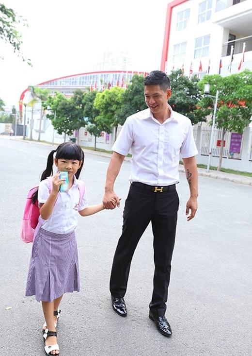 Dù khá bận rộn nhưng Bình Minh vẫn tranh thủ dậy từ rất sớm để chuẩn bị quần áo, đồ dùng học tập đưa con gái lớn An Nhiên tới trường. - Tin sao Viet - Tin tuc sao Viet - Scandal sao Viet - Tin tuc cua Sao - Tin cua Sao