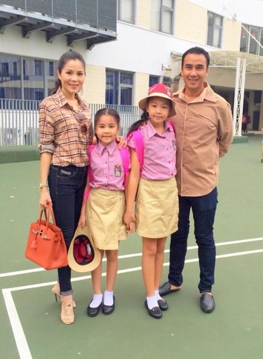Vợ chồng Quyền Linh đưa hai cô công chúa nhỏ tới trường. - Tin sao Viet - Tin tuc sao Viet - Scandal sao Viet - Tin tuc cua Sao - Tin cua Sao