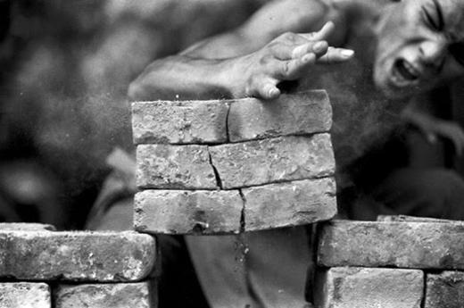 Chặt đá bằng tay trần.