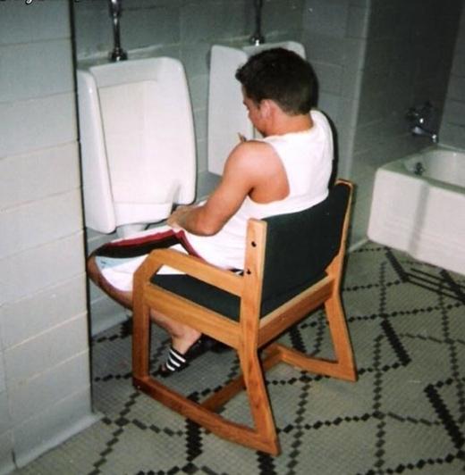 Anh này đi vệ sinh... ngồi.