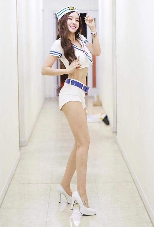 """Để chuẩn bị cho sản phẩm """"đánh lẻ"""" đầu tay vào giữa năm ngoái, Hyomin (T-ara) đã nỗ lực giảm cân để sở hữu thân hình quyến rũ đáng mơ ước. Thừa thắng xông lên, cô nàng tiếp tục """"mê hoặc"""" trái tim của fan nhờ vẻ ngoài gợi cảm trong lần trở lại mới nhất cùng So Crazy."""