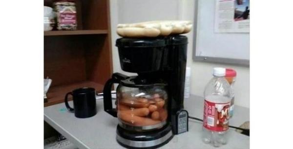 Dùng máy nấu cà phê để luộc xúc xích và hâm nóng bánh mỳ - bạn đã thử chưa?