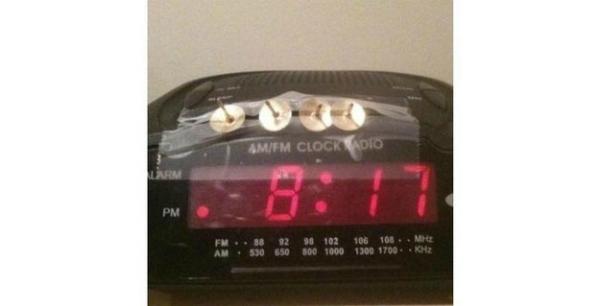 Đây là một thiết bị báo thức khá kinh dị: đinh mũ được gắn lên đồng hồ báo thức, và nếu không cố gắng thức dậy sớm, bạn có thể la oái oái với thân hình bị... găm đầy đinh.
