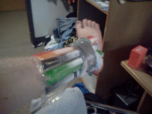 Bó các cây kem que vào chân, và bạn đã có một công cụ chườm đá giảm đau ngon lành cả nghĩa đen lẫn nghĩa bóng.
