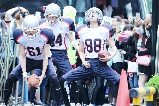 """Đầu tháng 6 vừa qua, các thành viên EXO bao gồm Baekhyun, Changyeol, Kai và Chen đã có dịp """"làm loạn"""" trước cổng đài truyền hình KBS. Các chàng trai diện trang phục cầu thủ bóng bầu dục và thực hiện những động tác ném bóng vô cùng chuyên nghiệp mang đến cho fan màn trình diễn mãn nhãn."""