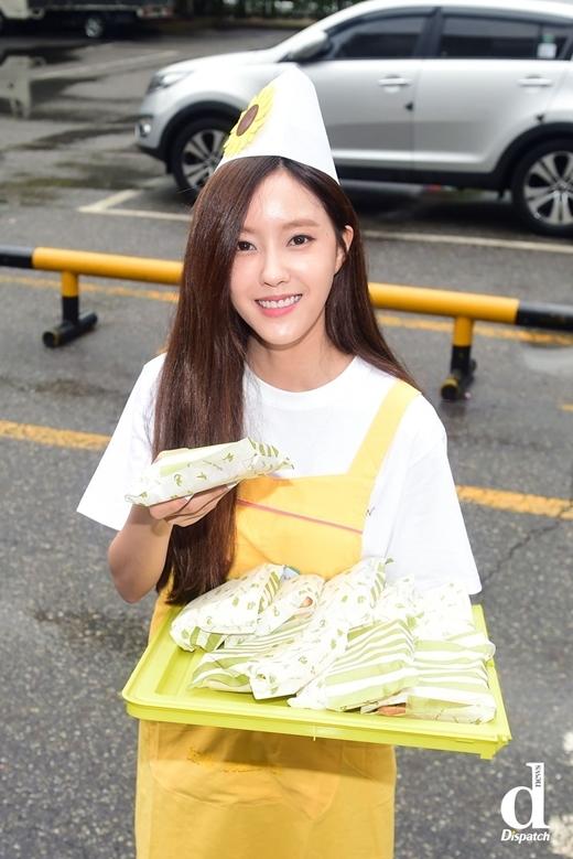 Nằm trong hoạt động quảng bá ca khúc So Crazy, T-ara cũng hóa thân thành nhưng cô đầu bếp xinh đẹp, phát bánh cho fan và giới truyền thông có mặt tại đài truyền hình.