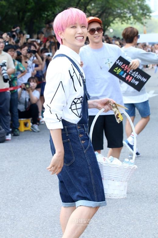 """Đúng với hình tượng những anh chàng """"kẹo ngọt"""", trên đường đến tham gia chương trình Music Bank gần đây, các chàng trai B1A4 đã chuẩn bị nước khoáng để gửi tặng đến fan nhằm đền đáp tình yêu thương, ủng hộ nhiệt tình của họ dành cho lần trở lại này của nhóm."""