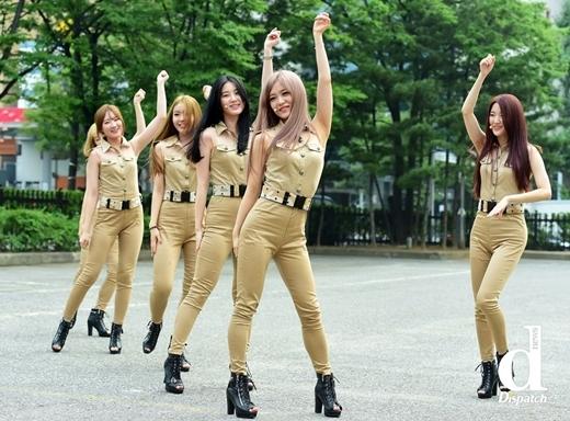"""Các cô gái Wannabe """"chịu chơi"""" không kém khi biến con đường thành sân khấu ngoài trời để trình diễn vũ đạo quyến rũ."""