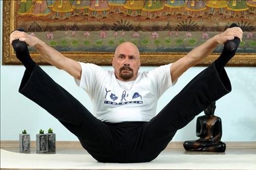 Yoga là người bạn thân thiết mỗi ngày của người đàn ông này.
