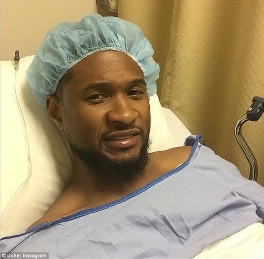 """Vào ngày 4/4/2015, Usher đã phải vào bệnh viện để chuẩn bị cho ca phẫu thuật chân. Tuy nhiên tâm trạng của anh cực kì thoải mái và thản nhiên thực hiện một bức ảnh """"tự sướng"""" trước giờ G. """"Hãy chúc tôi khỏe đi nào"""", nam ca sĩ chia sẻ trên trang cá nhân."""