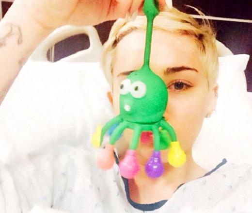 Miley Cyrus là một trong những nghệ sĩ có sở thích đăng tải hình ảnh trên giường bệnh. Từ việc nhỏ như truyền vitamin đến việc lớn như phải hủy bỏ tour diễn Bangerz ở Kansas để vào bệnh viện đều được cô nàng chụp ảnh lại và khoe với các fan.
