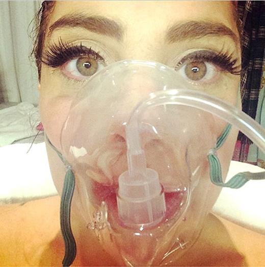 Vào ngày 7/8/2014, khi đang ở Denver, Colorado,Lady Gaga đã đăng tải một bức ảnh với mặt nạ thở khí lên trang xã hội khiến người hâm mộ không khỏi lo lắng.