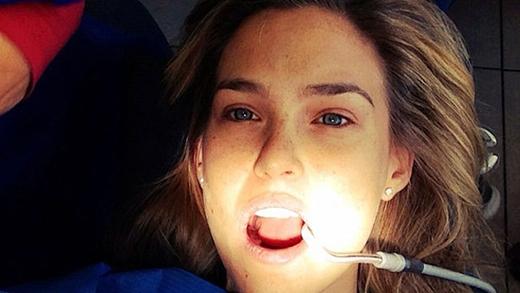 Barchia sẻ ảnh từ ghế nằm trong phòng chữa răng vào ngày 29/11/2012 với dòng chữ ngắn gọn: Đang ở phòng nha... ouch!.