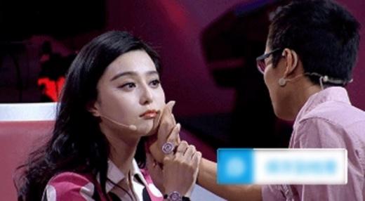 Trong chương trình truyền hình,Phạm Băng Băngthản nhiên để người khác kiểm tra toàn bộ vùng mặt nhằm phủ nhận tin đồn nâng mũi, độn cằm.
