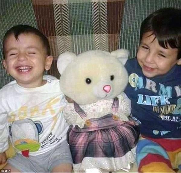 Bé Aylan, 3 tuổi, và anh trai Galip, 5 tuổi, khi ở quê nhà. Ảnh: AP