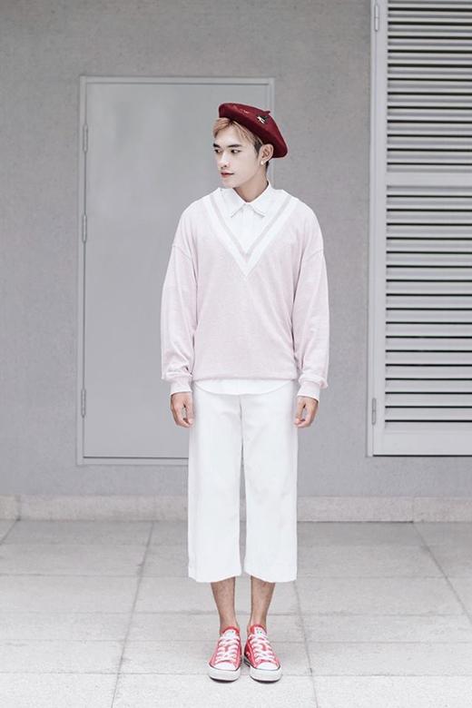 Nếu như chàng người mẫu điển trai Quang Đại chọn lấy sự trẻ trung, đơn giản với quần jeans, áo sơ mi, giày sneaker khi phối cùng mũ bê-rê thì hot teen Dương Minh Tuấn lại khá cầu kì với trang phục nhiều lớp.