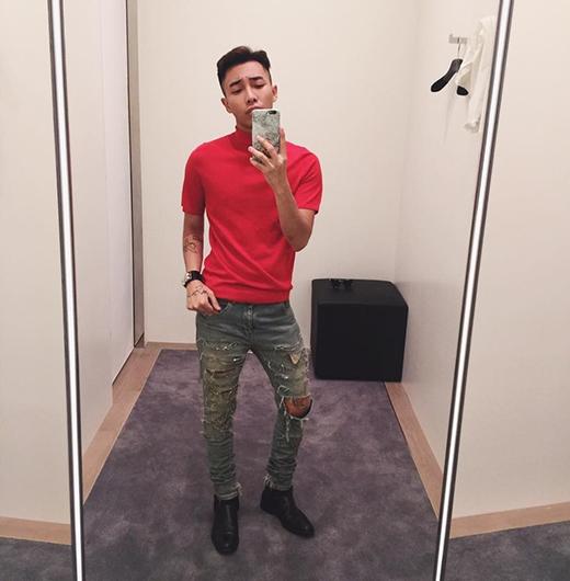 Stylist Hoàng Ku mang đến dư vị thời trang trẻ trung qua chiếc áo phông cổ lọ tông đỏ bắt mắt. Anh chàng chọn phối cùng chiếc quần jeans rách từng được G - Dragon diện cách đây không lâu. Tổng thể tạo nên sự lạ mắt bởi tông màu cũng như kiểu dáng của trang phục.