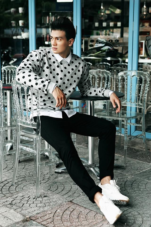 Cách phối trang phục nhiều lớp tái hiện rõ nét thời trang Thu - Đông với áo sơ mi trắng, áo phông tròng cổ, quần jeans bó cùng giày sneaker năng động.