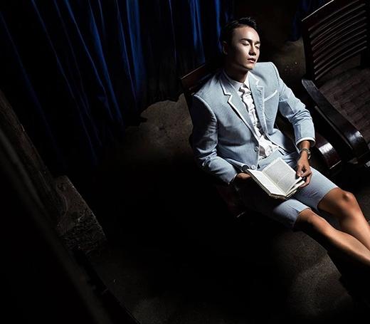 Hai màu sắc thời trang khác biệt của Kelbin Lei và chân dài Duy Anh khi cùng chọn diện texudo suit. Chỉ một chút phá cách bởi những đường cắt cúp lạ mắt hay việc kết hợp cùng quần short sẽ mang đến sự tươi mới cho thiết kế kinh điển.