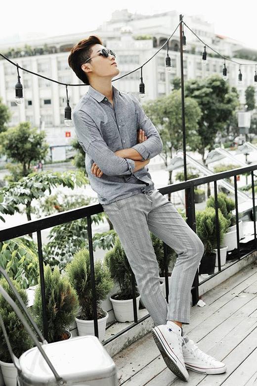 Quang Hùng với cả cây xám gồm quần âu, áo sơ mi nhưng lại được chọn phối cùng giày sneaker tương phản phong cách.