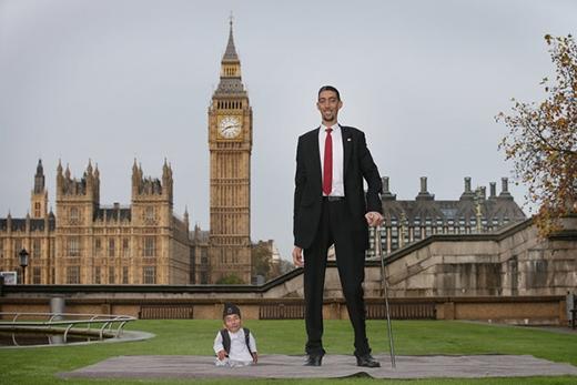 Ông Dangi chụp ảnh kỷ niệm với người cao nhất thế giới.